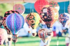 Bündel des Heißluftballons spielt das Baumeln im Wind lizenzfreie stockfotografie