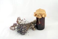 Bündel des Lavendels, des Salbeis und des Kermek nahe bei einem Glas Blaubeeren-ja Lizenzfreie Stockfotos