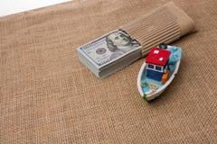 Bündel des vorbildlichen Bootes und der Banknote von US-Dollar Stockbilder