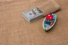 Bündel des vorbildlichen Bootes und der Banknote von US-Dollar Stockfoto