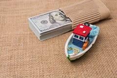 Bündel des vorbildlichen Bootes und der Banknote von US-Dollar Stockfotografie
