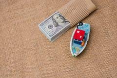 Bündel des vorbildlichen Bootes und der Banknote von US-Dollar Lizenzfreie Stockbilder