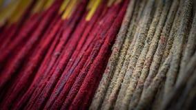 Bündel des Weihrauch- oder joshstockes mit roter und brauner Farbe lizenzfreie stockfotografie