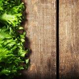 Bündel Eignungs-Salat auf hölzernem Hintergrund Nähren Sie Lebensmittel und heilen Sie Lizenzfreie Stockfotos