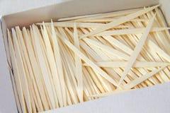 Bündel einfache braune Zahnstocher auf Weiß Lizenzfreie Stockfotos