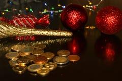 Bündel Euromünzen auf schwarzem Hintergrund mit unscharfer Reflexion von Spielwaren des neuen Jahres des Funkelns stockbild