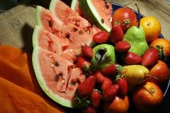 Bündel Früchte auf Jutefaser Lizenzfreies Stockfoto
