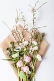 Bündel Frühlingsblumen auf Packpapier Stockfotografie