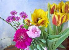 Bündel Frühlingsblumen auf Schmutzhintergrund Stockbild
