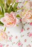 Bündel Frühlingstulpen im weißen Vase Lizenzfreie Stockfotografie