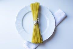 Bündel gebundene Spaghettistöcke Lizenzfreie Stockfotos