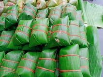 Bündel gegorenes Grundschweinefleisch beim Bananenblattverpacken lizenzfreies stockbild