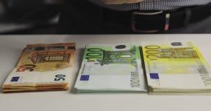 Bündel Geld sind auf dem Tisch stock video footage