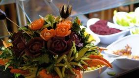 Bündel Gemüse in Form von Blumen auf einem Buffet in Ägypten stock video