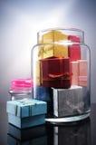 Bündel Geschenkboxen, die eine Glasflasche füllen Stockfotos