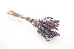 Bündel getrockneter Lavendel auf einem weißen Hintergrund Stockbilder