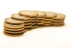 Bündel goldene Münzen getrennt auf Weiß lizenzfreie stockfotos