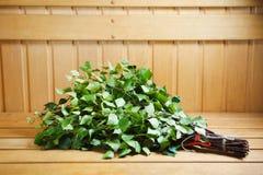 Bündel grüne Birkenzweige Stockfoto