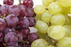 Bündel grüne und rote Trauben auf Weiß  Lizenzfreies Stockfoto