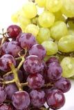 Bündel grüne und rote Trauben auf Weiß  lizenzfreie stockbilder