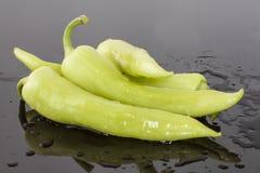 Bündel große grüne Paprikas stockbild