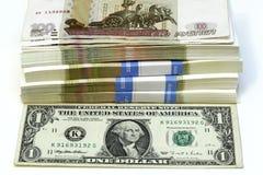 Bündel HundertRubel-Anmerkungen zu einem Dolar stockfotos