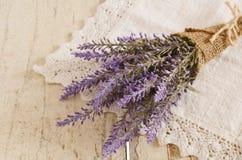 Bündel Lavendel auf Weinlesespitze Doily Stockfotografie