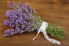 Bündel Lavendel blüht auf einer alten hölzernen Tabelle Lizenzfreie Stockbilder