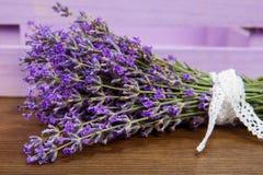 Bündel Lavendel blüht auf einer alten hölzernen Tabelle Lizenzfreies Stockbild