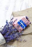 Bündel Lavendel blüht, Seife auf altem hölzernem Hintergrund Badekurort tre Stockfoto
