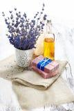 Bündel Lavendel blüht, Seife auf altem hölzernem Hintergrund Badekurort tre Lizenzfreie Stockfotografie