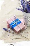 Bündel Lavendel blüht, Seife auf altem hölzernem Hintergrund Badekurort tre Lizenzfreies Stockfoto