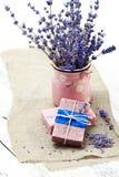 Bündel Lavendel blüht, Seife auf altem hölzernem Hintergrund Badekurort tre Lizenzfreie Stockbilder