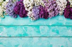 Bündel lila Blumen auf einem Draufsicht-Kopienraum des Hintergrundes des Türkises hölzernen lizenzfreies stockfoto