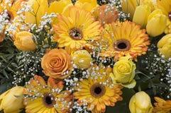 Bündel mit gelben Rosen und Gerbera stockbilder