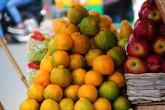 Bündel Orangen und Äpfel auf Straße lizenzfreie stockfotografie