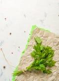 Bündel Petersilie gebunden mit Kette auf einem hellen Steinhintergrund Lizenzfreies Stockbild