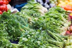 Bündel Petersilie und Dill am Markt Stockfoto