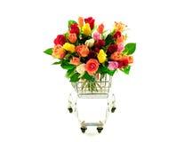 Bündel-Regenbogen-Rosen im Einkaufswagen stockbild