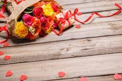 Bündel Rosen mit einer Geschenkbox Stockfoto