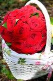 Bündel rote Rosen im Korb lizenzfreies stockfoto