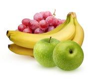 Bündel rote Trauben, Bananen und grüne Äpfel auf einem weißen backgro Stockfotografie