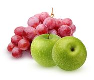 Bündel rote Trauben und grüne Äpfel auf einem weißen Hintergrund Stockfotos