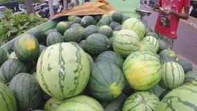 Bündel saftige Wassermelonen am Sonntags-Markt in Sri Lanka stock footage