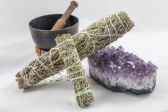 Bündel Salbei mit einer schönen Amethystkristall- und -gesangschüssel stockfoto