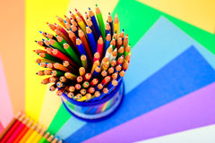Bündel scharfe bunte Bleistifte Lizenzfreie Stockbilder