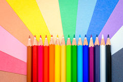 Bündel scharfe bunte Bleistifte auf Papier Lizenzfreies Stockfoto