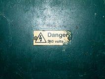 Bündel Sicherheitszeichen wässern grünes Kastengelbdreieck Stockfotos