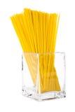 Bündel Spaghettis im transparenten Glas lokalisiert auf weißem backgrou Lizenzfreie Stockfotos