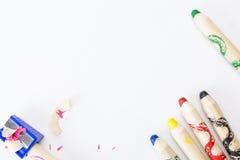 Bündel starke bunte Bleistifte für Kinder und Bleistiftspitzer Lizenzfreies Stockbild